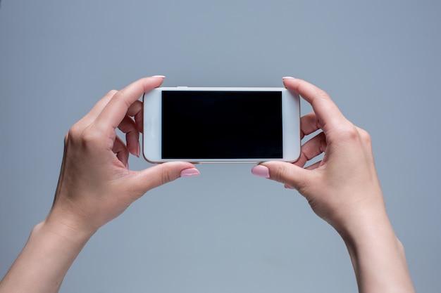 Zbliżenie strzał kobieta pisać na maszynie na telefonie komórkowym
