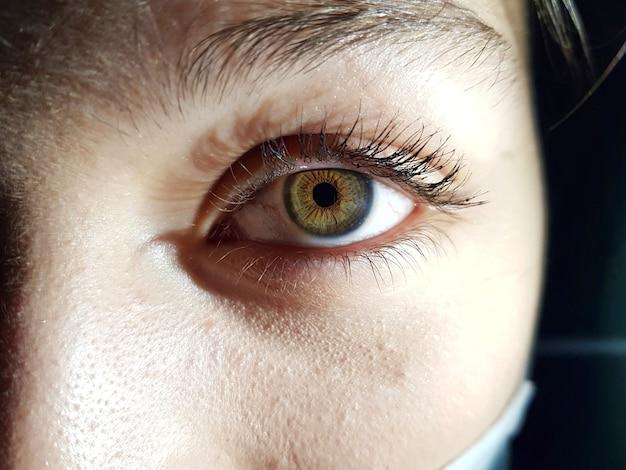 Zbliżenie strzał kobiety z pięknymi zielonymi oczami