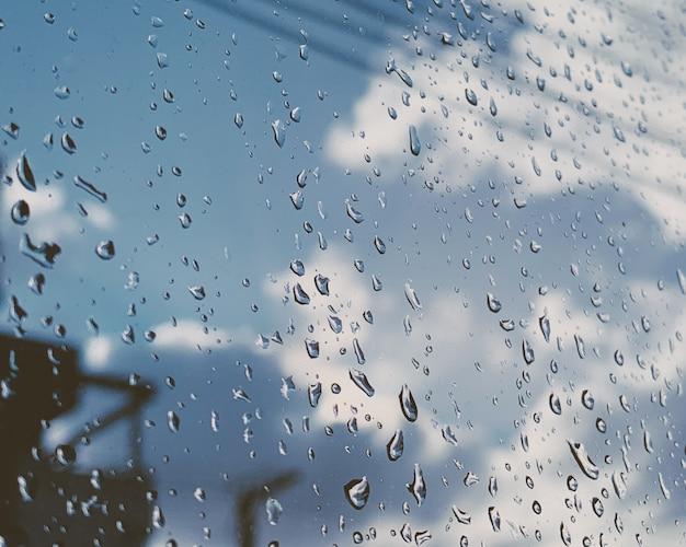 Zbliżenie strzał krople deszczu na szklanym okno