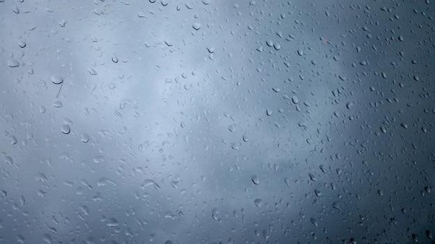 Zbliżenie strzał kropli deszczu na szkle