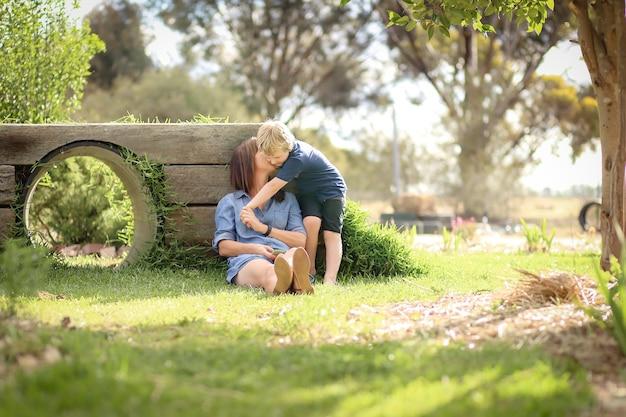 Zbliżenie strzał matki i syna wyjątkowy moment