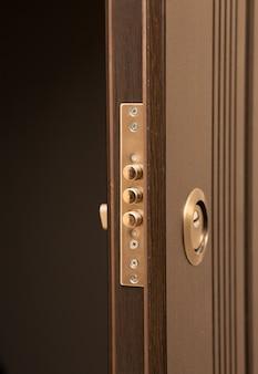 Zbliżenie strzał nowoczesnego metalowego zamka drzwi z dziurką od klucza