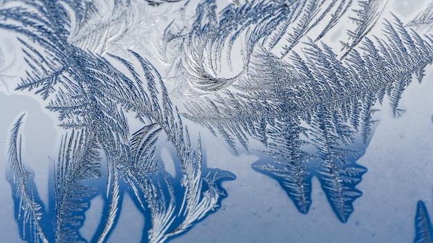 Zbliżenie strzał piękni mrozów wzory i tekstury na szkle