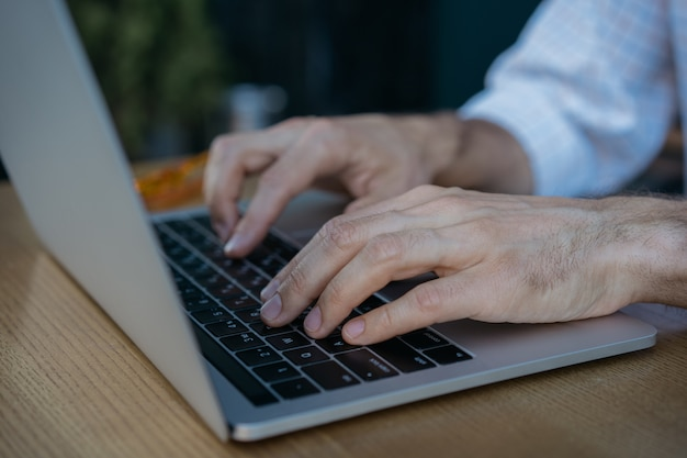 Zbliżenie strzał ręce za pomocą komputera przenośnego i internetu