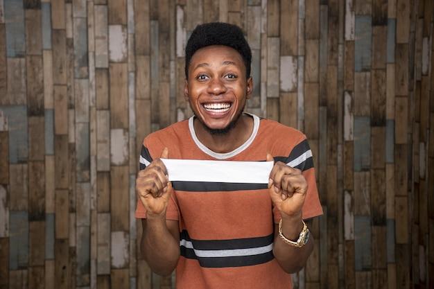 Zbliżenie strzał szczęśliwego młodego afrykańskiego człowieka