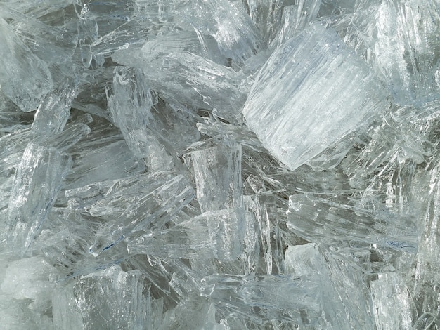 Zbliżenie strzał teksturowanej białej kryształowej lodu