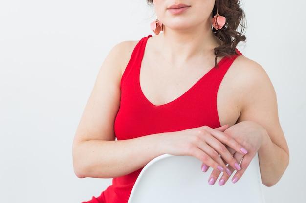 Zbliżenie: strzelać moda młoda brunetka kobieta z elegancką fryzurą w białym studio. koncepcja modnego stylu.