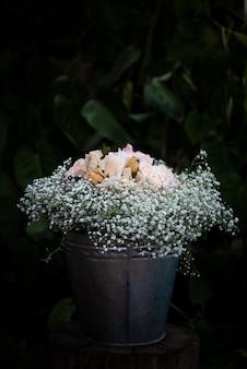 Zbliżenie strzelał piękny biały kwiecisty bukiet dla ślubnej dekoraci