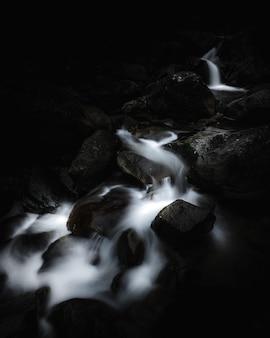 Zbliżenie strzelał piękny mały rzeczny bieg przez skał i gruzów w lesie