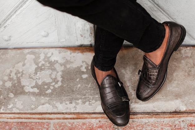 Zbliżenie stylowe mokasyny buty na zewnątrz