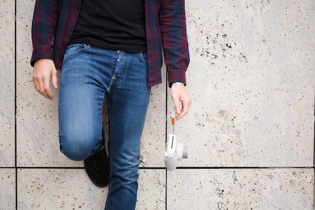 Zbliżenie stylowy podróżnik w dżinsach