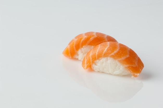 Zbliżenie sushi z ryżem na białym tle z odbiciem