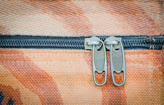 Zbliżenie suwaczek na starej tkaniny teksturze