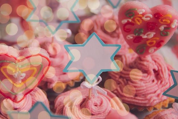 Zbliżenie świąteczne babeczki na obchody urodzin. miejsce na tekst. fotografia deserów i słodyczy. świąteczna koncepcja.