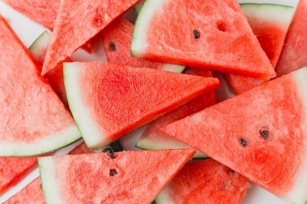 Zbliżenie: świeże plastry czerwonego arbuza, widok z góry, koncepcja lato lub jedzenie, leżał płasko
