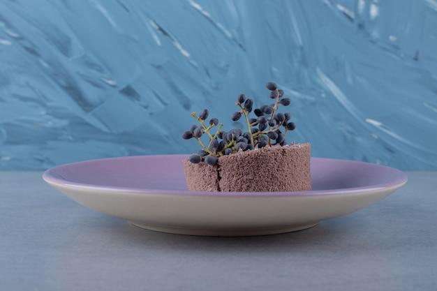 Zbliżenie świeżego ciastka domowej roboty z czernicy