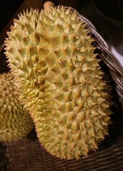 Zbliżenie świeżego dojrzałego duriana znanego jako król owoców
