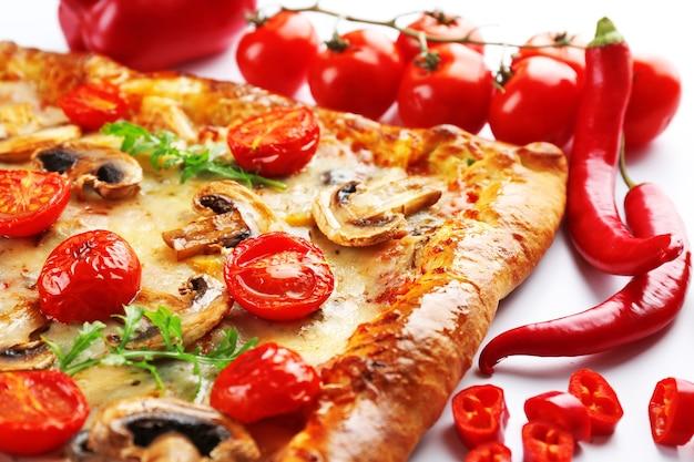 Zbliżenie świeżo domowej pizzy