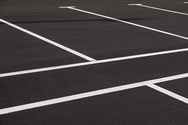 Zbliżenie świeżo oznakowanego parkingu