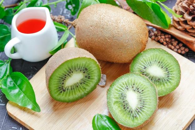 Zbliżenie świeżych owoców kiwi na desce