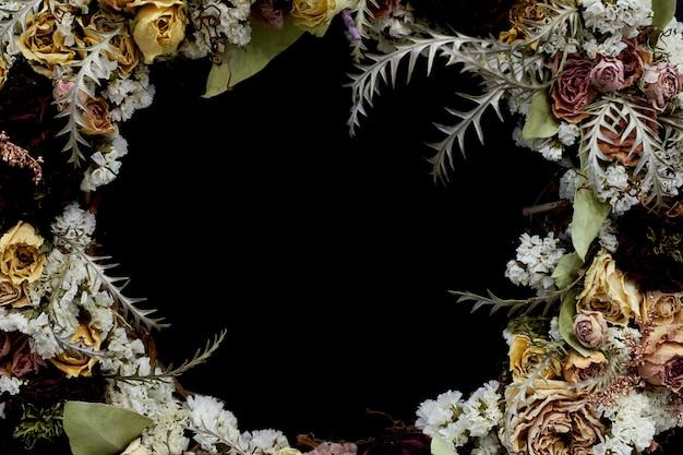 Zbliżenie szczegół rocznika wianek wysuszeni kwiaty w pastelowych kolorach, selekcyjna ostrość