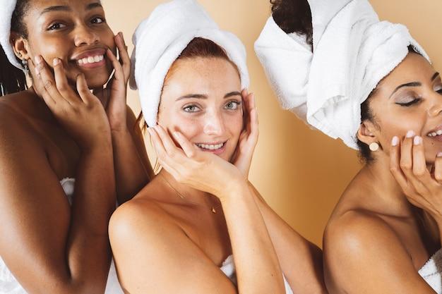 Zbliżenie szczęśliwa kobieta w salonie botoksu pieszcząc jej twarz