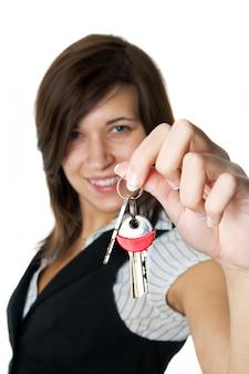 Zbliżenie szczęśliwa kobieta z jej nowymi kluczami