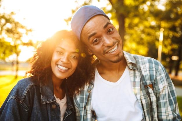 Zbliżenie szczęśliwa młoda para afrykańskich
