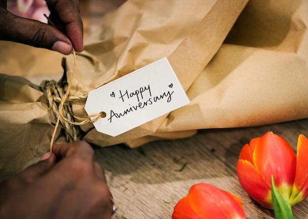 Zbliżenie szczęśliwa rocznicy etykietka na kwiatu bukiecie