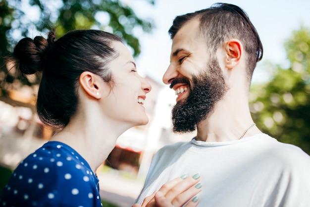 Zbliżenie szczęśliwa uśmiechnięta para przytulanie