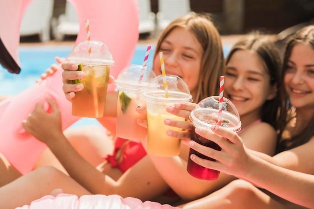 Zbliżenie szczęśliwe dziewczyny, wznosząc toast za siebie