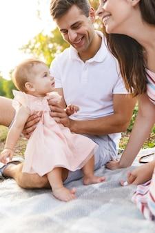 Zbliżenie szczęśliwej młodej rodziny z małą dziewczynką