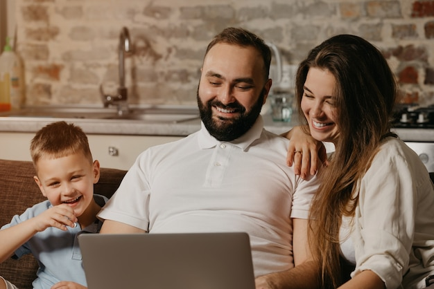 Zbliżenie szczęśliwej rodziny