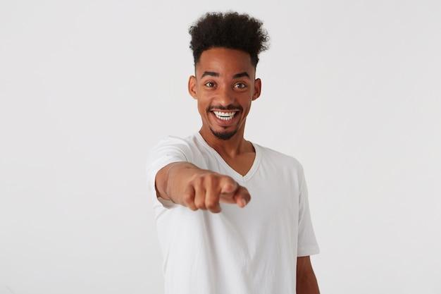 Zbliżenie szczęśliwy pewnie afroamerykanin młody człowiek