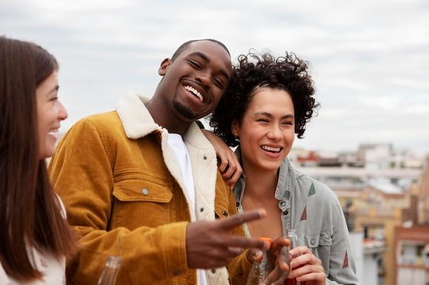 Zbliżenie szczęśliwych ludzi w mieście