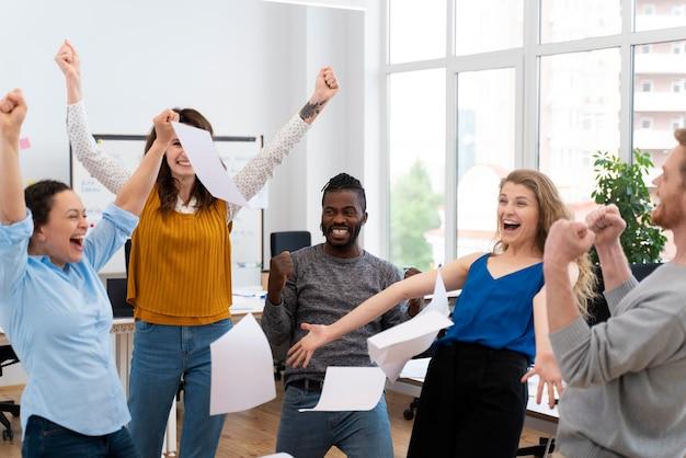Zbliżenie szczęśliwych ludzi w pracy