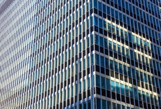 Zbliżenie szkła i betonu budynku.