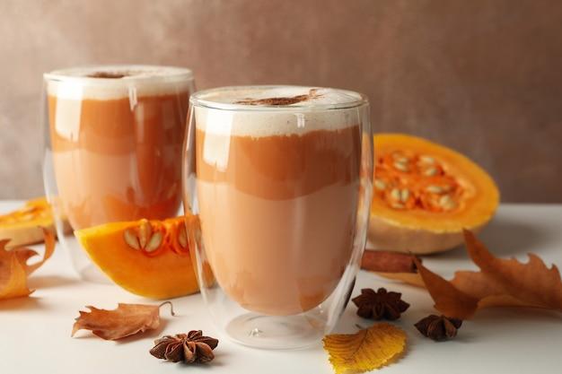 Zbliżenie: szklanki latte z dyni
