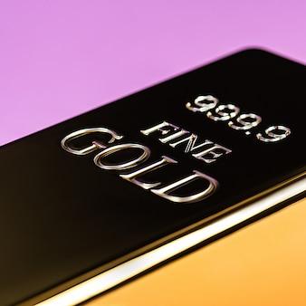 Zbliżenie sztabki złota.