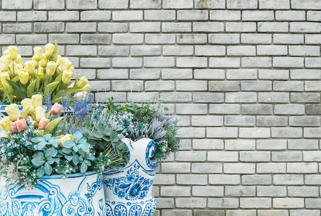 Zbliżenie sztuczny tkanina kwiat dla dekoruje na starym kamiennym ściana z cegieł textured tle z kopii przestrzenią