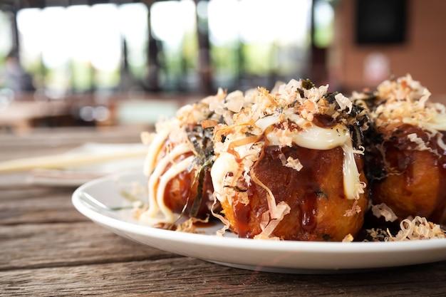 Zbliżenie takoyaki. kalmary z grillowanym pierożkiem warzywnym i mąkowym. ulubiona przekąska japońskie jedzenie.