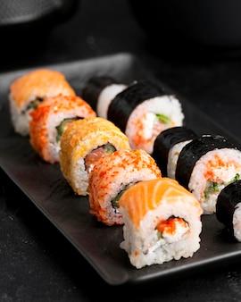 Zbliżenie talerz z sushi