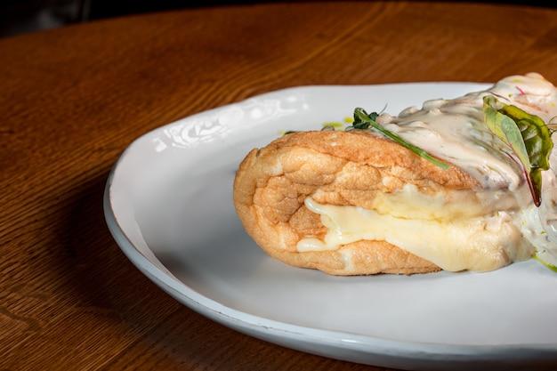 Zbliżenie talerza z typową tortillą de patatas, hiszpańskim omletem, na zastawionym stole