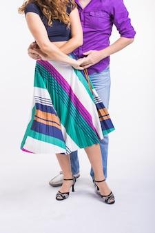 Zbliżenie: taniec towarzyski taniec para. kizomba lub bachata lub semba lub taraxia, na białym tle. koncepcja tańca społecznego.
