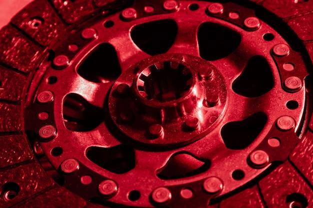 Zbliżenie tarczy hamulcowej, nakładka w kolorze czerwonym