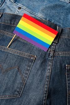 Zbliżenie tęczy kolorowe flagi w kieszeni