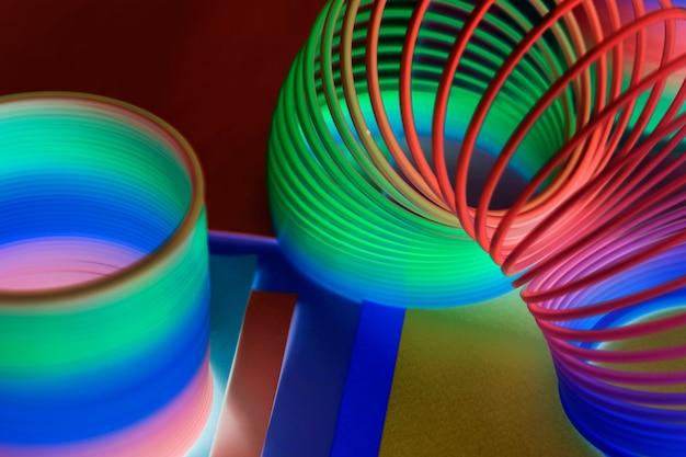 Zbliżenie tęczy wiosny zabawki tło w negatywnym skutku