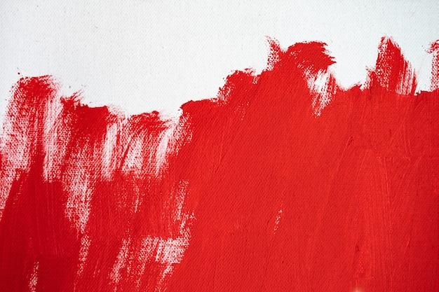 Zbliżenie tekstura czerwona farba na białym płótnie kolor pędzla oznacza pociągnięcie na papierowy projekt graficzny na tle
