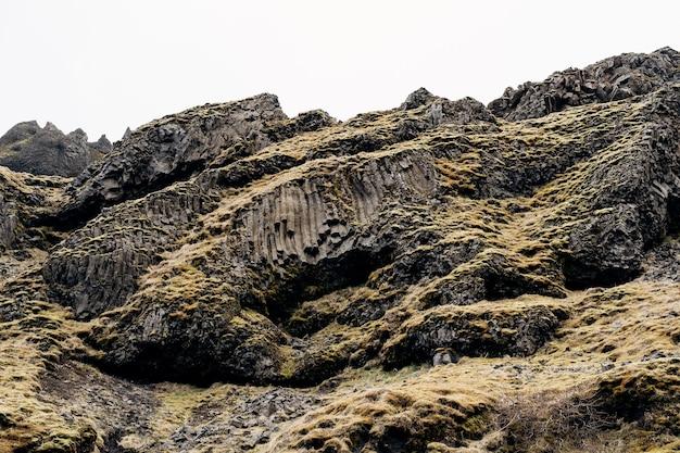 Zbliżenie tekstury gór w islandii bazaltowe skały wulkaniczne puff kamienie pokryte