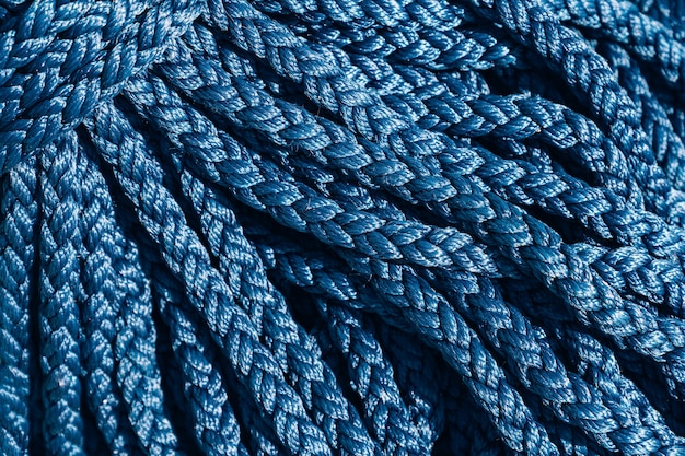 Zbliżenie tekstury grubej niebieskiej liny.